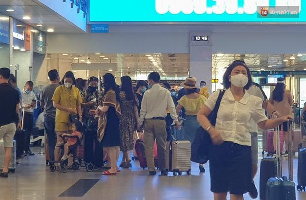 """Trong 1h có 2.400 hành khách kiểm tra an ninh, sân bay Tân Sơn Nhất """"bất lực"""" vì vượt quá năng lực khai thác - Ảnh 2."""