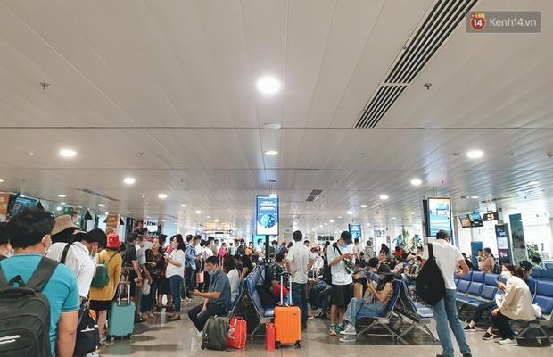 Khu vực kiểm tra an ninh ở Sân bay Tân Sơn Nhất lộn xộn như chợ vỡ, hành khách mỏi mòn đợi chờ - Ảnh 7.