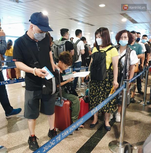 Khu vực kiểm tra an ninh ở Sân bay Tân Sơn Nhất lộn xộn như chợ vỡ, hành khách mỏi mòn đợi chờ - Ảnh 3.