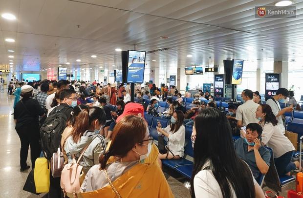 Khu vực kiểm tra an ninh ở Sân bay Tân Sơn Nhất lộn xộn như chợ vỡ, hành khách mỏi mòn đợi chờ - Ảnh 8.
