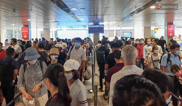 """Trong 1h có 2.400 hành khách kiểm tra an ninh, sân bay Tân Sơn Nhất """"bất lực"""" vì vượt quá năng lực khai thác - Ảnh 1."""