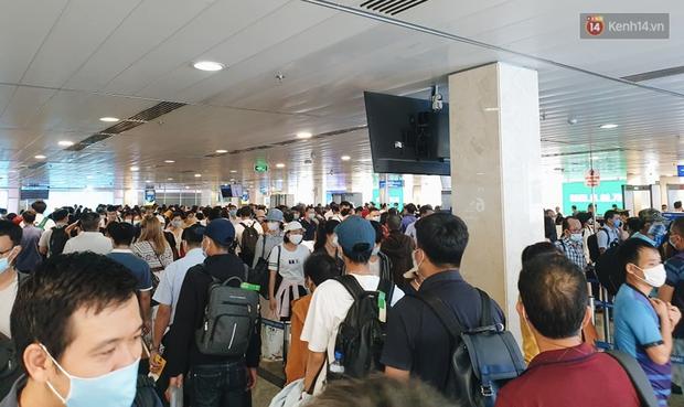 Khu vực kiểm tra an ninh ở Sân bay Tân Sơn Nhất lộn xộn như chợ vỡ, hành khách mỏi mòn đợi chờ - Ảnh 1.