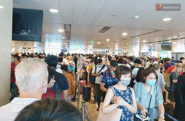 Khu vực kiểm tra an ninh ở Sân bay Tân Sơn Nhất lộn xộn như chợ vỡ, hành khách mỏi mòn đợi chờ - Ảnh 6.