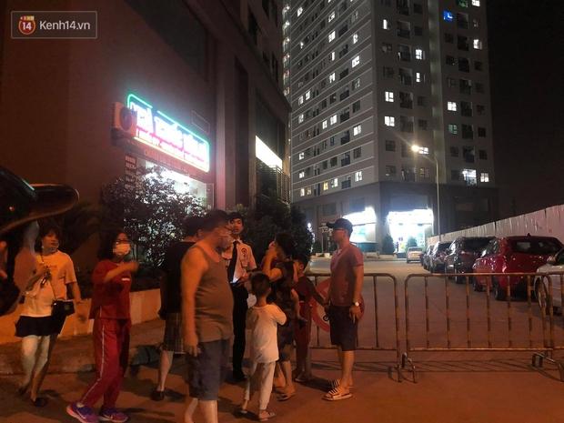 Hà Nội: Bé gái 4 tuổi rơi từ cửa sổ phòng ngủ tầng 24 chung cư xuống đất tử vong thương tâm - Ảnh 6.