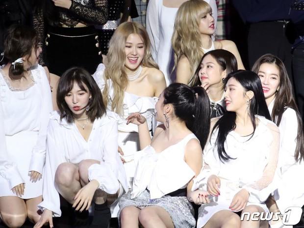 """""""Bội thực"""" trước tổ hợp visual đỉnh nhất Kpop Red Velvet - BLACKPINK ở lễ trao giải: Cả dàn nữ thần xinh như mộng loá cả mắt! - Ảnh 9."""
