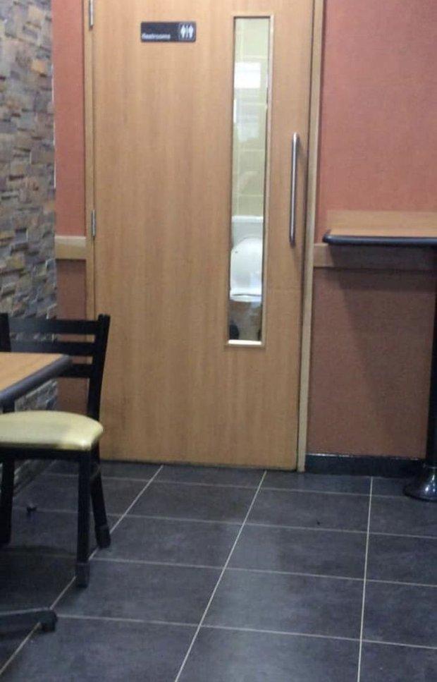 Tuyển tập những nhà vệ sinh hắc ám, nhìn xong là đủ kiên nhẫn nhịn đến lúc về nhà - Ảnh 23.