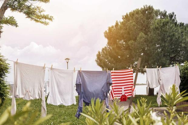 Mùa mưa đến, bỏ túi ngay những mẹo sử dụng máy giặt siêu hay ho để quần áo luôn thơm tho, sạch sẽ - Ảnh 2.