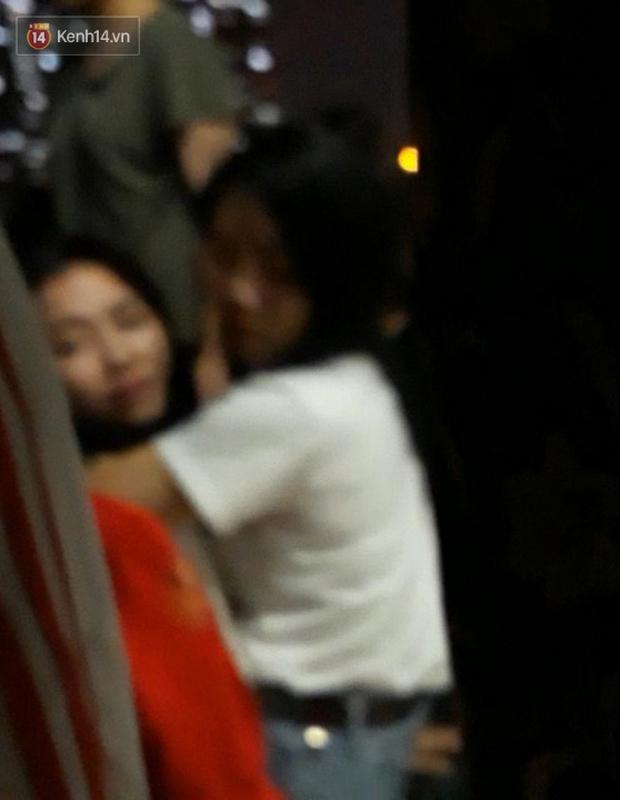 Xót xa cảnh mẹ khóc ngất gọi tên con tại hiện trường vụ bé gái rơi từ cửa sổ phòng ngủ tầng 24 chung cư tử vong - Ảnh 3.