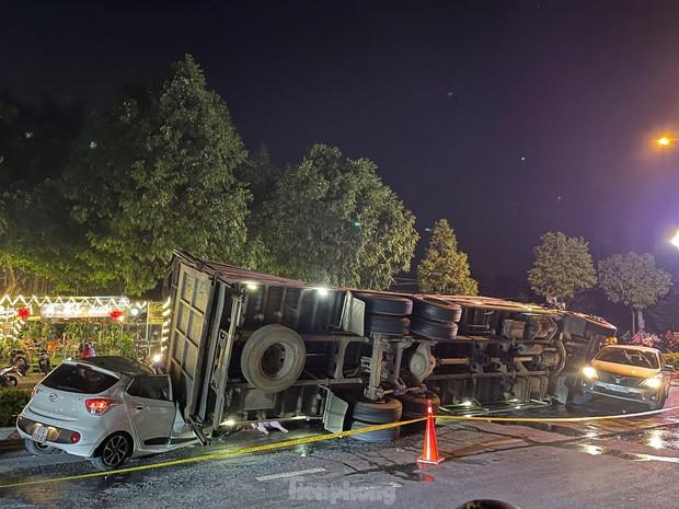 Xe tải chở heo đè bẹp xe du lịch, cha ôm con nhảy ghế sau thoát chết - Ảnh 1.