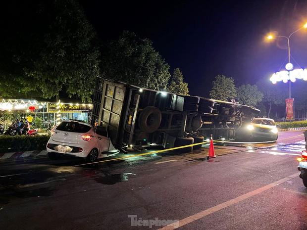 Xe tải chở heo đè bẹp xe du lịch, cha ôm con nhảy ghế sau thoát chết - Ảnh 2.