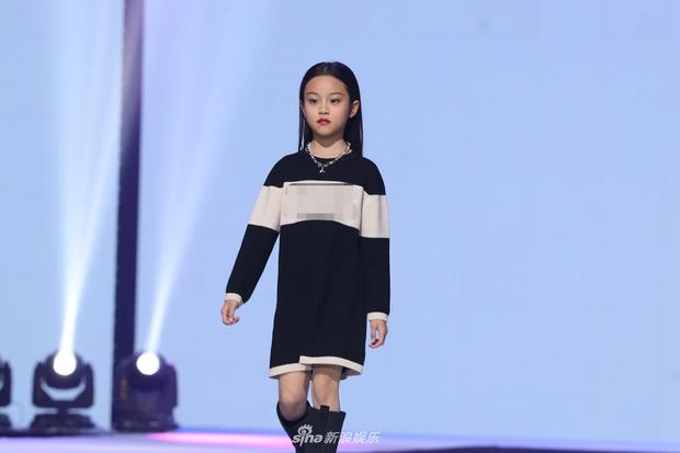 Con gái Lý Tiểu Lộ bất ngờ trở thành mẫu nhí sải bước catwalk, thần thái lẫn khí chất ở tuổi lên 9 khiến Cnet bất ngờ - Ảnh 2.