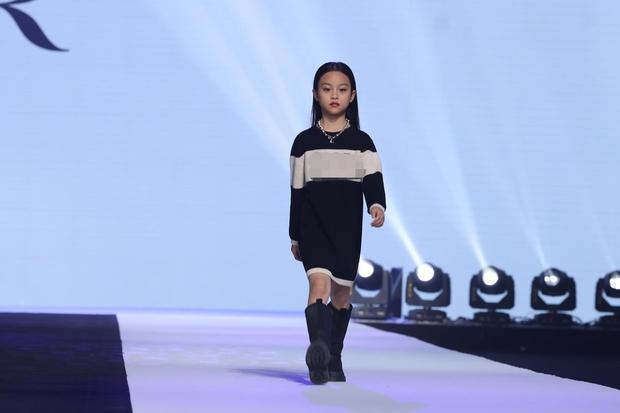 Con gái Lý Tiểu Lộ bất ngờ trở thành mẫu nhí sải bước catwalk, thần thái lẫn khí chất ở tuổi lên 9 khiến Cnet bất ngờ - Ảnh 4.