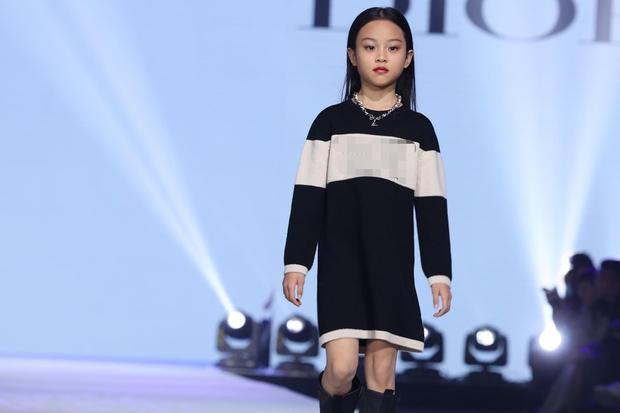 Con gái Lý Tiểu Lộ bất ngờ trở thành mẫu nhí sải bước catwalk, thần thái lẫn khí chất ở tuổi lên 9 khiến Cnet bất ngờ - Ảnh 3.
