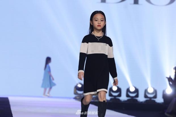Con gái Lý Tiểu Lộ bất ngờ trở thành mẫu nhí sải bước catwalk, thần thái lẫn khí chất ở tuổi lên 9 khiến Cnet bất ngờ - Ảnh 5.