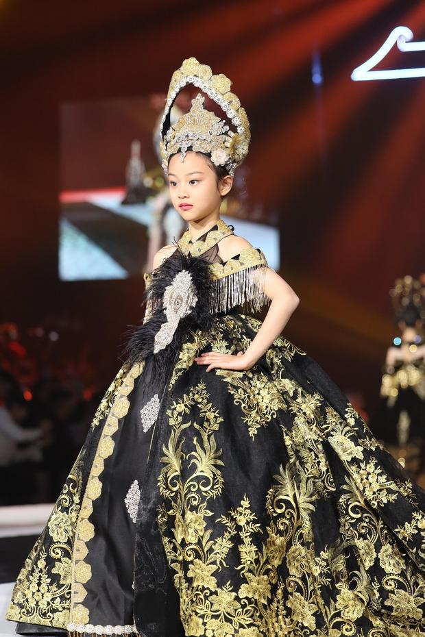 Con gái Lý Tiểu Lộ bất ngờ trở thành mẫu nhí sải bước catwalk, thần thái lẫn khí chất ở tuổi lên 9 khiến Cnet bất ngờ - Ảnh 9.