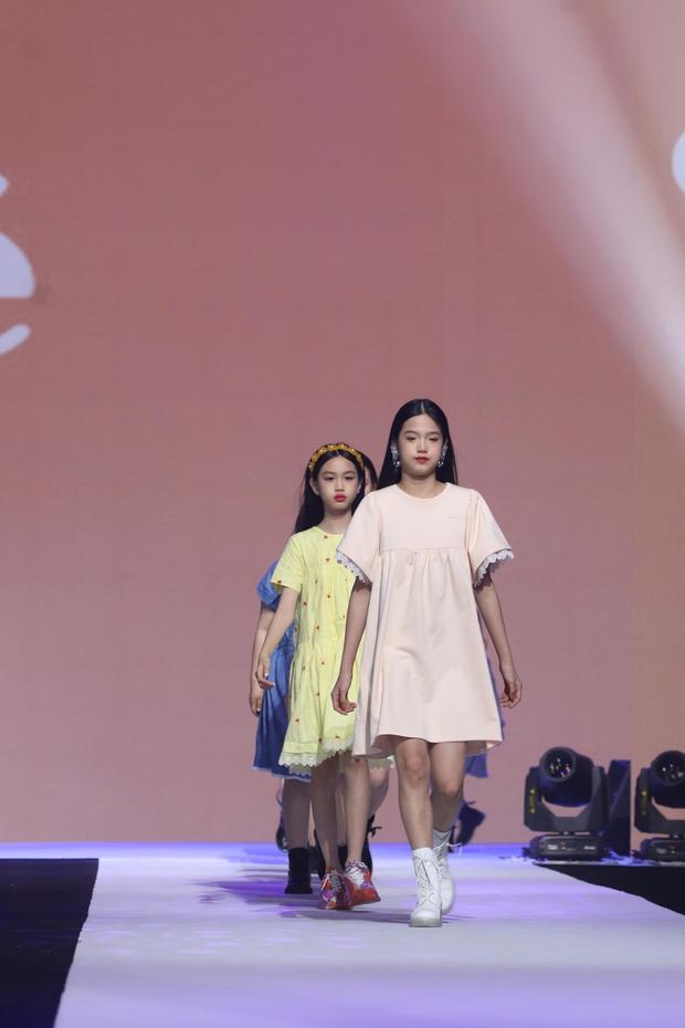 Con gái Lý Tiểu Lộ bất ngờ trở thành mẫu nhí sải bước catwalk, thần thái lẫn khí chất ở tuổi lên 9 khiến Cnet bất ngờ - Ảnh 10.