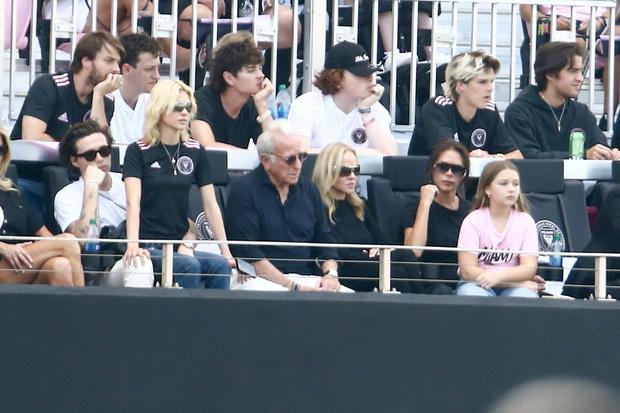 Nhà Beckham và thông gia tỷ phú hẹn hò: Brooklyn để bàn tay hư ôm hôn thê, át cả mẹ con Harper - Victoria và bố mẹ vợ - Ảnh 2.