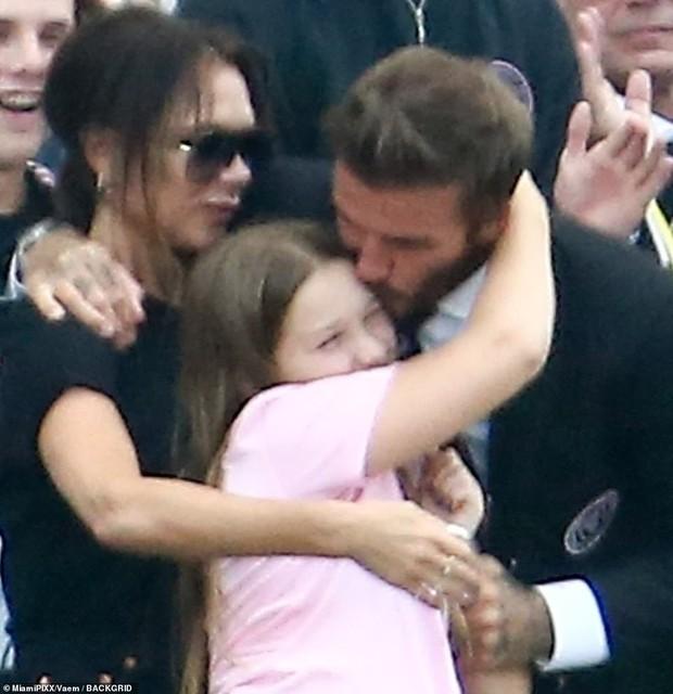 Nhà Beckham và thông gia tỷ phú hẹn hò: Brooklyn để bàn tay hư ôm hôn thê, át cả mẹ con Harper - Victoria và bố mẹ vợ - Ảnh 3.