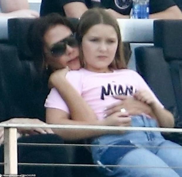 Nhà Beckham và thông gia tỷ phú hẹn hò: Brooklyn để bàn tay hư ôm hôn thê, át cả mẹ con Harper - Victoria và bố mẹ vợ - Ảnh 4.