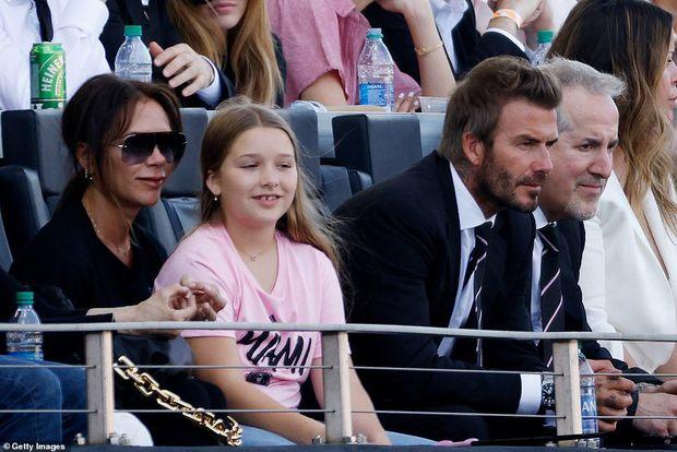 Nhà Beckham và thông gia tỷ phú hẹn hò: Brooklyn để bàn tay hư ôm hôn thê, át cả mẹ con Harper - Victoria và bố mẹ vợ - Ảnh 8.