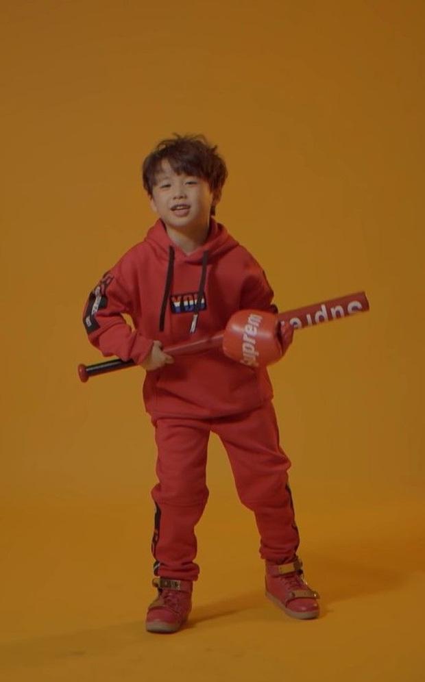 Rapper nhí 9 tuổi quẩy tuột dây giày nhưng vẫn chuyên nghiệp, netizen kêu gọi đầu quân công ty Sơn Tùng ngay và luôn! - Ảnh 6.