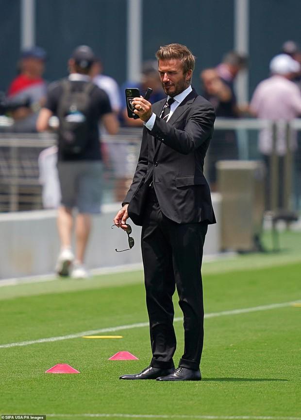 Nhà Beckham và thông gia tỷ phú hẹn hò: Brooklyn để bàn tay hư ôm hôn thê, át cả mẹ con Harper - Victoria và bố mẹ vợ - Ảnh 10.