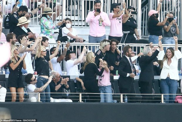 Nhà Beckham và thông gia tỷ phú hẹn hò: Brooklyn để bàn tay hư ôm hôn thê, át cả mẹ con Harper - Victoria và bố mẹ vợ - Ảnh 7.