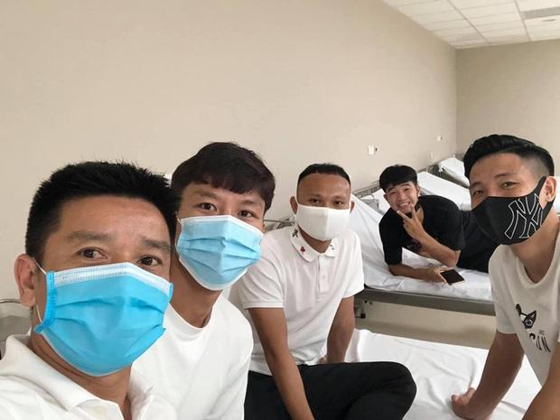 Dàn tuyển thủ Quốc gia vui ra mặt trong ngày hội ngộ tiêm vaccine Covid-19 tại Hà Nội - Ảnh 2.