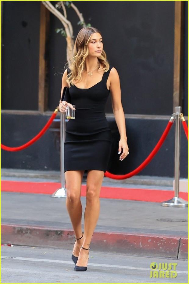 Justin Bieber đi ăn cưới bạn mà gây tranh cãi vì luộm thuộm, vừa đi vừa nốc rượu, kéo sang cô vợ Hailey đã mắt hẳn - Ảnh 7.