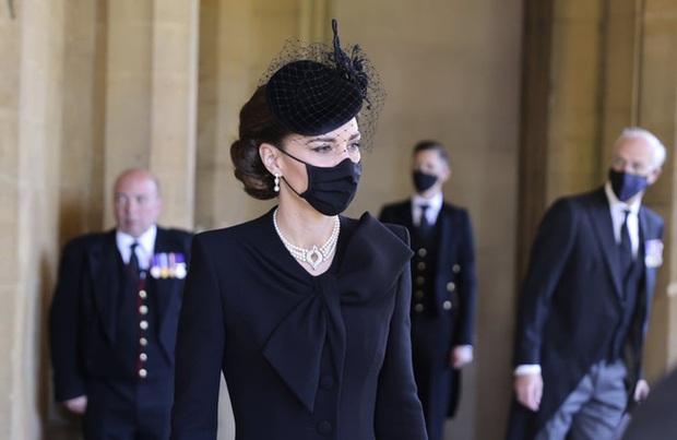 Nhìn lại những khoảnh khắc không thể nào quên trong đám tang Hoàng tế Philip, một trong những ngày buồn nhất của Nữ hoàng Anh - Ảnh 18.