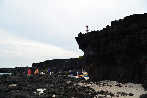 Bức xúc cảnh hàng chục du khách đè lên thắng cảnh hàng triệu năm tuổi ở Lý Sơn - Ảnh 3.