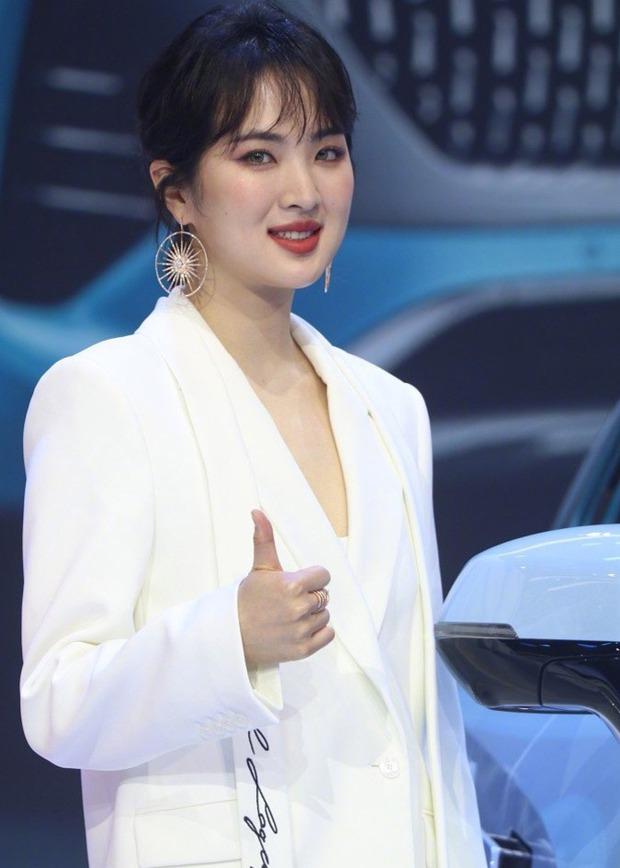 Ảnh chưa PTS của công chúa Huawei vọt lên top 1 Weibo: Gương mặt đơ cứng đến mức bị chê như... Dương Tử tiêm silicon - Ảnh 4.