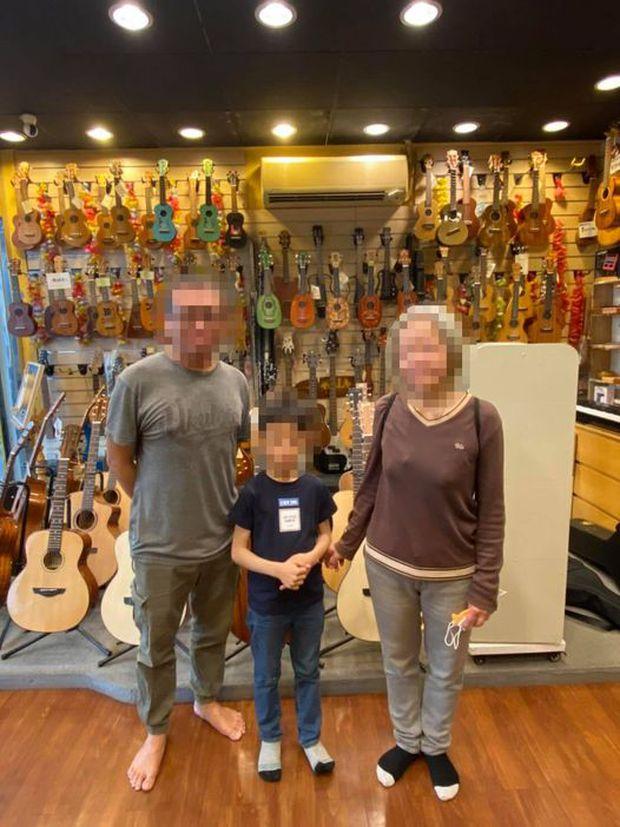"""Thấy cậu bé bỏ chạy sau khi làm chuyện """"lén lút"""" trong tiệm nhạc cụ, ông chủ đăng ảnh tìm danh tính và cái kết khiến ai cũng bất ngờ - Ảnh 3."""