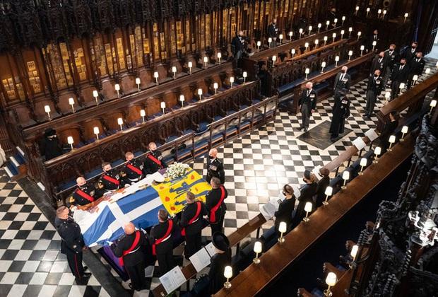 Nhìn lại những khoảnh khắc không thể nào quên trong đám tang Hoàng tế Philip, một trong những ngày buồn nhất của Nữ hoàng Anh - Ảnh 21.