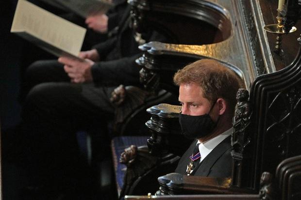 Nhìn lại những khoảnh khắc không thể nào quên trong đám tang Hoàng tế Philip, một trong những ngày buồn nhất của Nữ hoàng Anh - Ảnh 24.