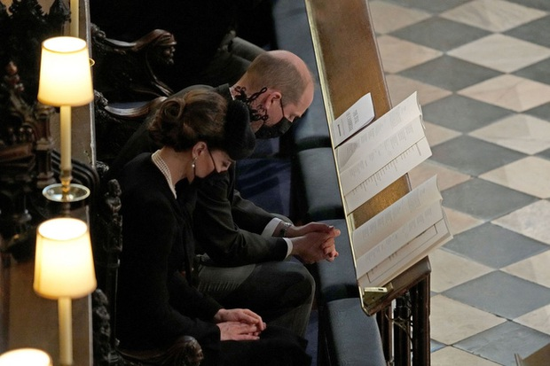 Nhìn lại những khoảnh khắc không thể nào quên trong đám tang Hoàng tế Philip, một trong những ngày buồn nhất của Nữ hoàng Anh - Ảnh 25.