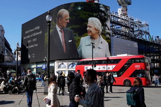 Nhìn lại những khoảnh khắc không thể nào quên trong đám tang Hoàng tế Philip, một trong những ngày buồn nhất của Nữ hoàng Anh - Ảnh 5.