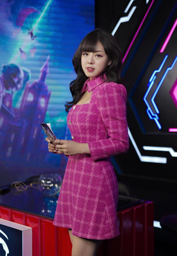 Không lung linh như trên sóng live, nữ MC xinh đẹp tại PMPL S3 hé lộ: Thức khuya, rơi nước mắt vì nhiều áp lực! - Ảnh 6.