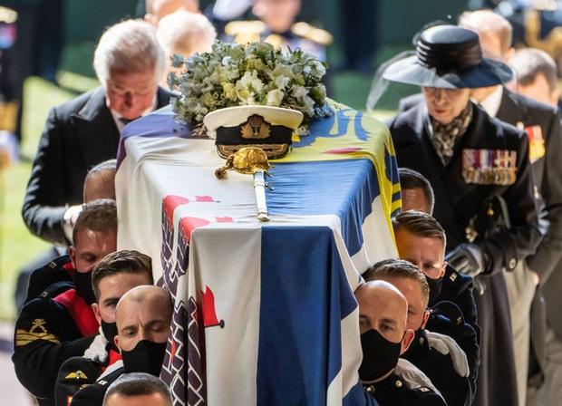 Nhìn lại những khoảnh khắc không thể nào quên trong đám tang Hoàng tế Philip, một trong những ngày buồn nhất của Nữ hoàng Anh - Ảnh 7.