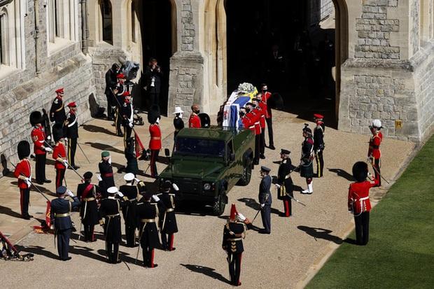 Nhìn lại những khoảnh khắc không thể nào quên trong đám tang Hoàng tế Philip, một trong những ngày buồn nhất của Nữ hoàng Anh - Ảnh 8.