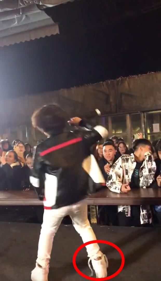 Rapper nhí 9 tuổi quẩy tuột dây giày nhưng vẫn chuyên nghiệp, netizen kêu gọi đầu quân công ty Sơn Tùng ngay và luôn! - Ảnh 4.