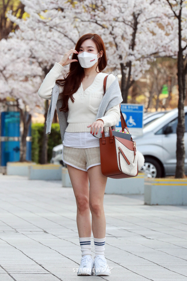 Mùa hoa anh đào nở rộ, sao Hàn đua nhau check-in sống ảo: Loạt mỹ nhân khoe sắc, idol đến diễn viên ra đường là có ảnh đẹp - Ảnh 5.