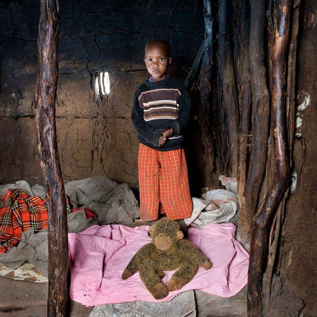 Nhiếp ảnh gia chu du khắp thế giới, chụp trẻ em đứng cùng món đồ chơi quý giá nhất chúng có, tạo bộ ảnh cực thú vị và đáng suy ngẫm - Ảnh 1.