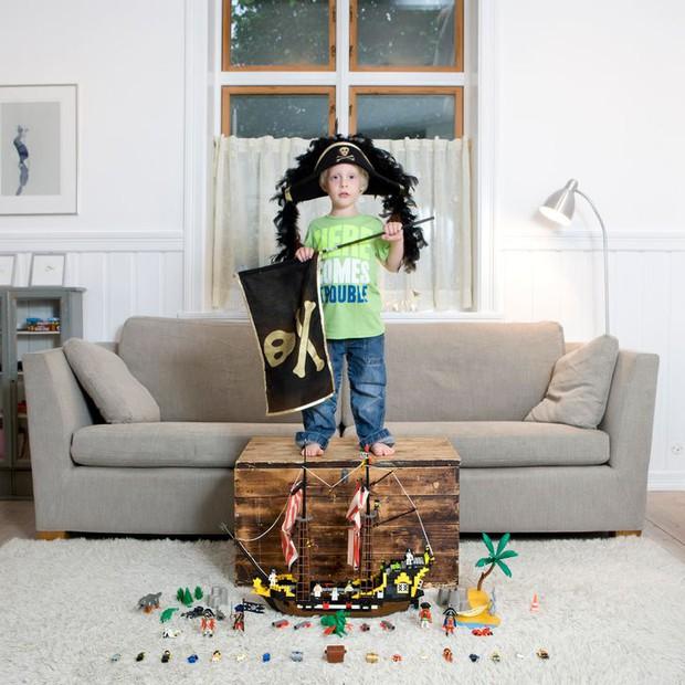 Nhiếp ảnh gia chu du khắp thế giới, chụp trẻ em đứng cùng món đồ chơi quý giá nhất chúng có, tạo bộ ảnh cực thú vị và đáng suy ngẫm - Ảnh 10.