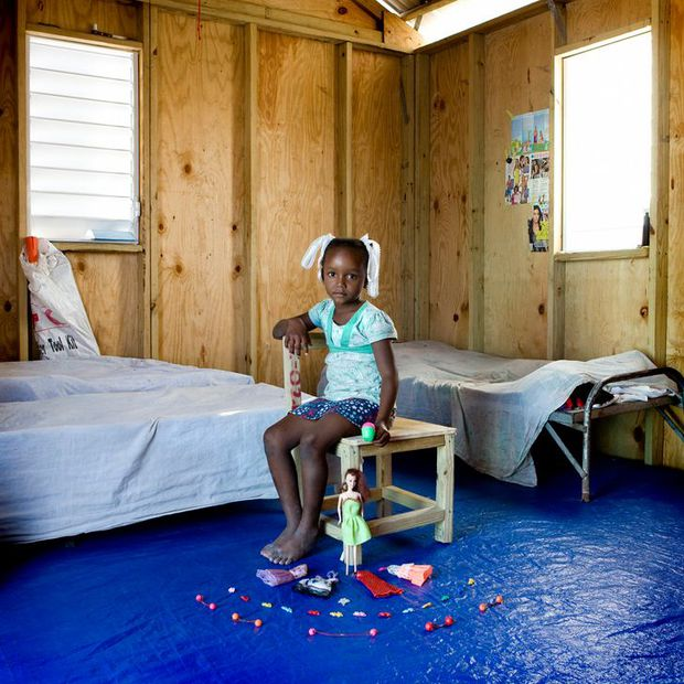 Nhiếp ảnh gia chu du khắp thế giới, chụp trẻ em đứng cùng món đồ chơi quý giá nhất chúng có, tạo bộ ảnh cực thú vị và đáng suy ngẫm - Ảnh 11.