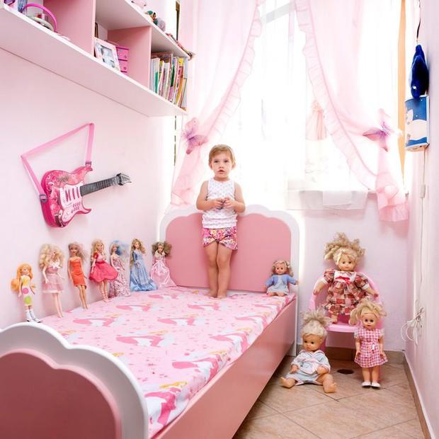 Nhiếp ảnh gia chu du khắp thế giới, chụp trẻ em đứng cùng món đồ chơi quý giá nhất chúng có, tạo bộ ảnh cực thú vị và đáng suy ngẫm - Ảnh 12.
