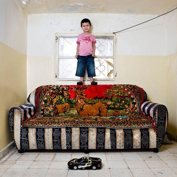 Nhiếp ảnh gia chu du khắp thế giới, chụp trẻ em đứng cùng món đồ chơi quý giá nhất chúng có, tạo bộ ảnh cực thú vị và đáng suy ngẫm - Ảnh 13.
