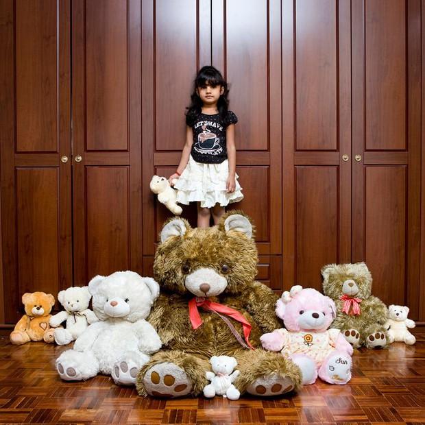 Nhiếp ảnh gia chu du khắp thế giới, chụp trẻ em đứng cùng món đồ chơi quý giá nhất chúng có, tạo bộ ảnh cực thú vị và đáng suy ngẫm - Ảnh 14.