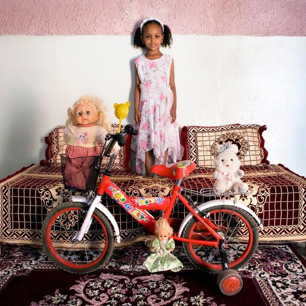 Nhiếp ảnh gia chu du khắp thế giới, chụp trẻ em đứng cùng món đồ chơi quý giá nhất chúng có, tạo bộ ảnh cực thú vị và đáng suy ngẫm - Ảnh 16.