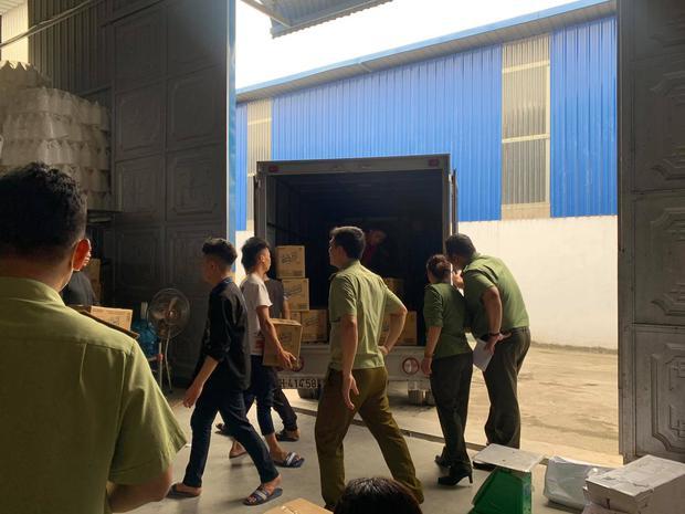 Hà Nội: Đột kích xưởng sản xuất quy mô lớn giả nhãn hiệu nước giặt Dnee - Ảnh 1.